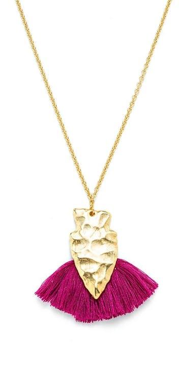 Sautoir CHARLY JAMES composé d'une pièce martelée en plaqué-or, et de pompons, réalisé à la main par la créatrice.Longueur totale du collier : 87 cm Chaine et fermoir dorés à l'or fin.