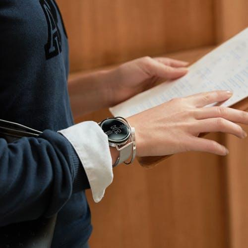 Cette montre SKAGEN CONNECTED se compose d'un boîtier Rond de 40 mm et d'un bracelet en Maille milanaise Grise