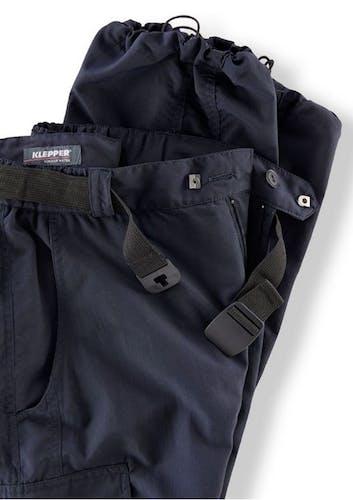 Oberer Anschnitt einer dunkelblauen Hose mit Bandgürtel.