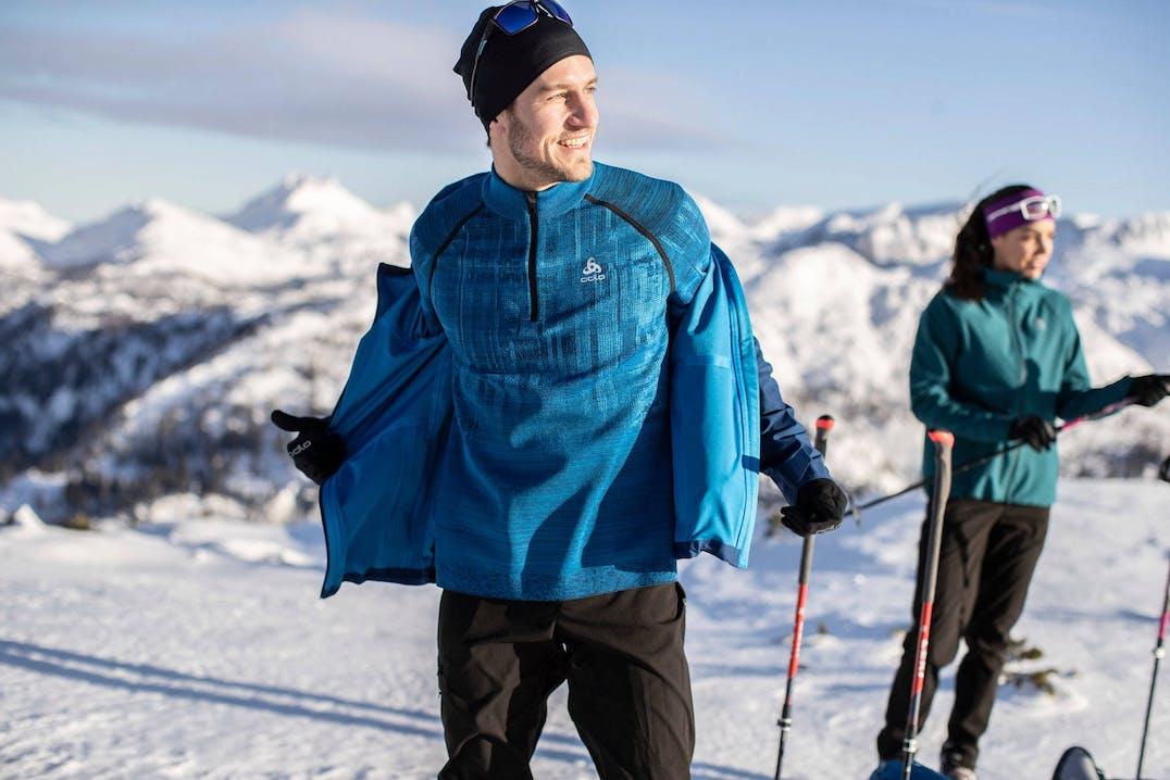 Scialpinista vestito a strati