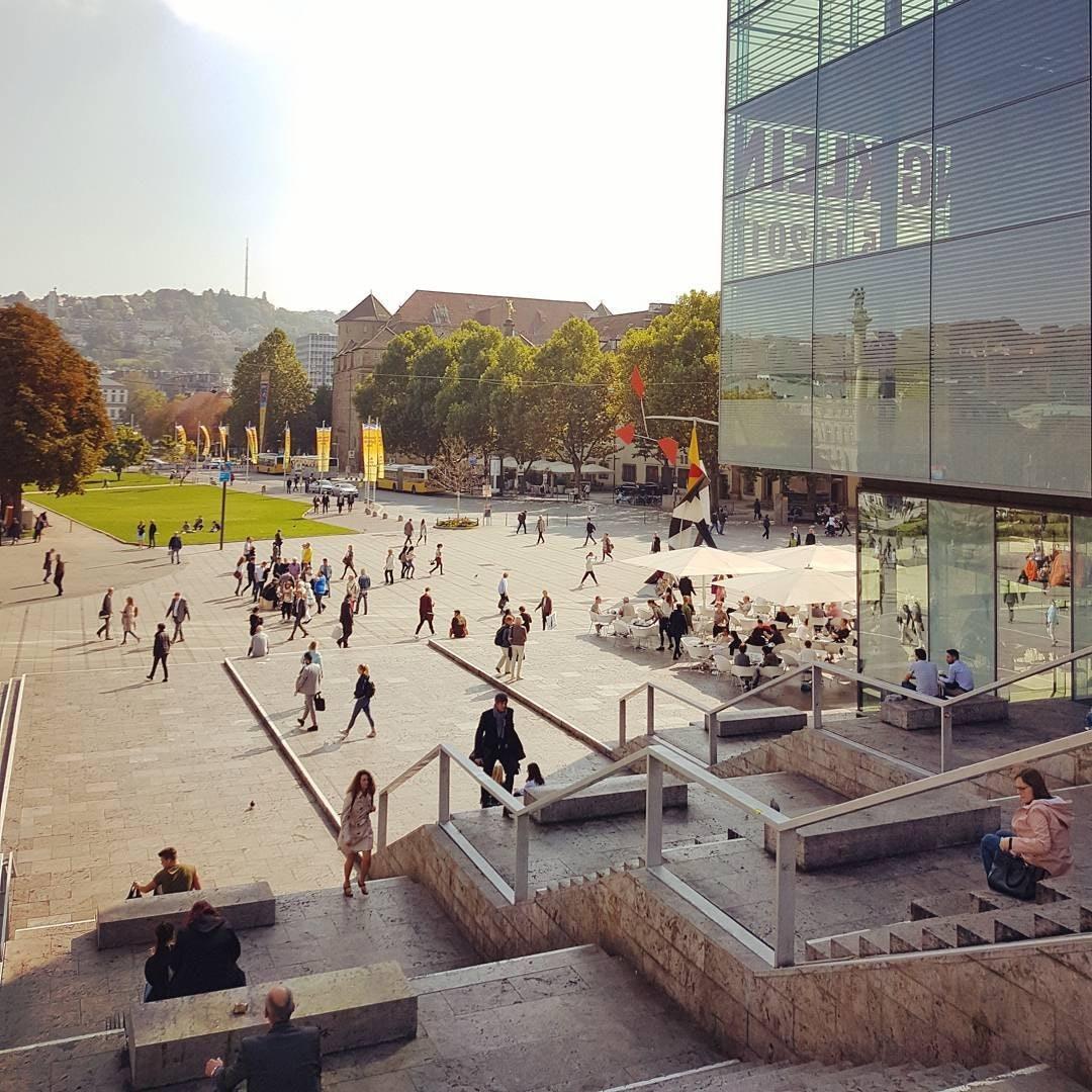 Blick auf den Stuttgarter Schlossplatz und das Kunstmuseum