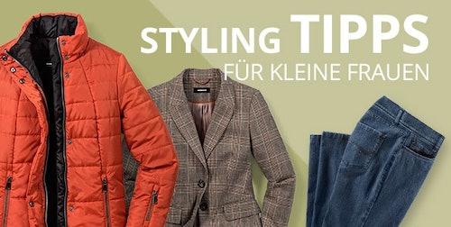 Orangene Jacke, brauner Blazer und Jeans auf einem grünen Hintergrund.