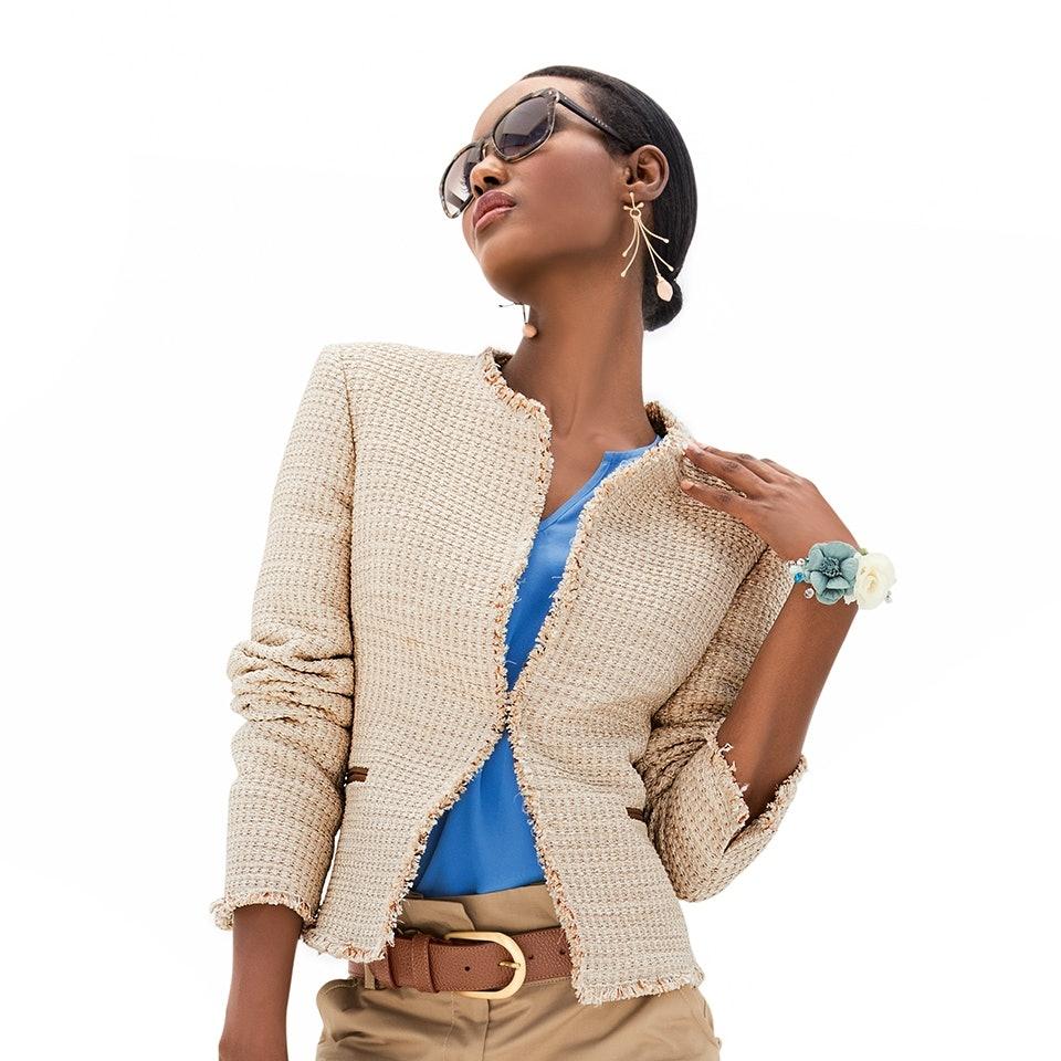 Modell mit Sonnenbrille trägt einen MADELEINE Blazer im angesagten Fransen Look.