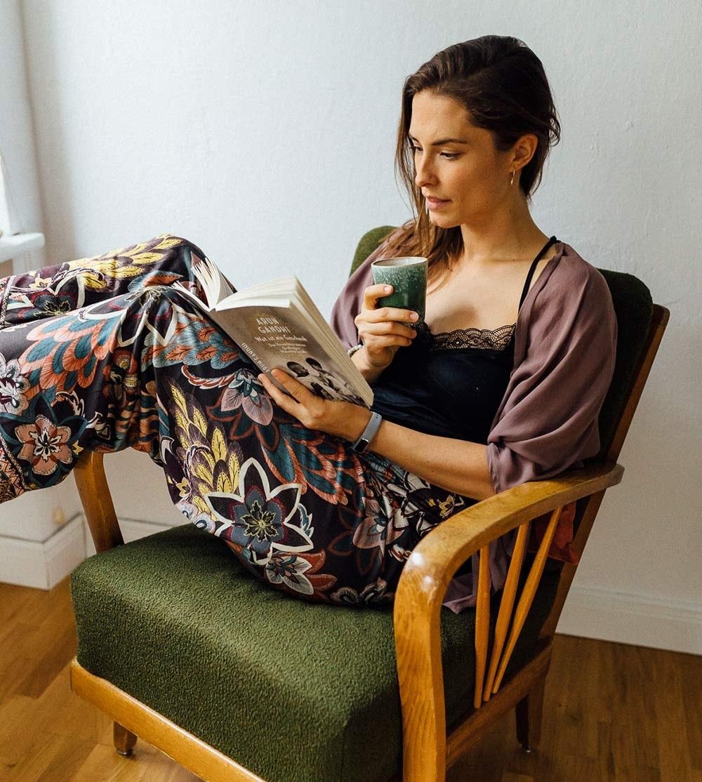 Schlafritual: Eine Tasse Tee und ein gutes Buch