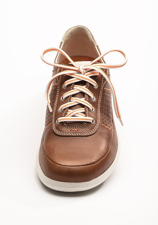 Brauner Sneaker mit weiß/orangefarbenem Schnürsenkel in klassischer Kreuzschnürung.