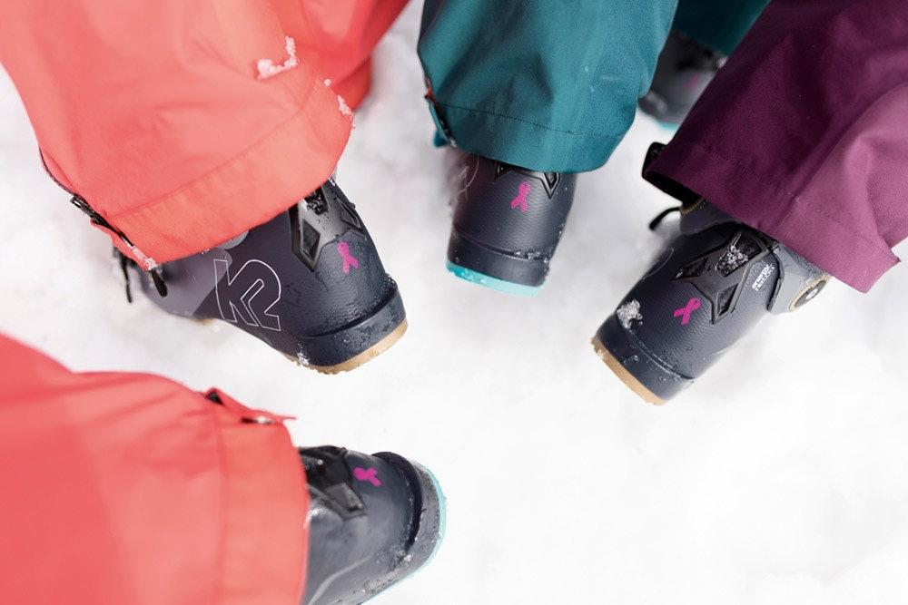 K2 Skischuhe mit rosa Schleife als Zeichen gegen Brustkrebs