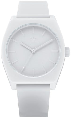 Cette montre ADIDAS se compose d'un boîtier Ovale de 38 mm et d'un bracelet en Silicone Blanc