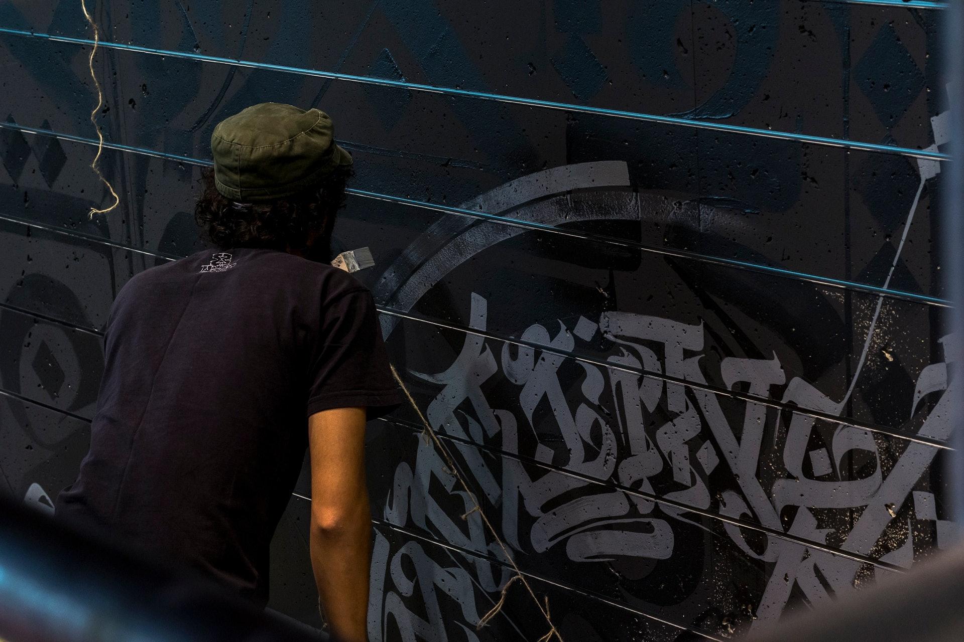 Engin Dogan gestaltet die Streetart-Wall im Münchner SportScheck Store
