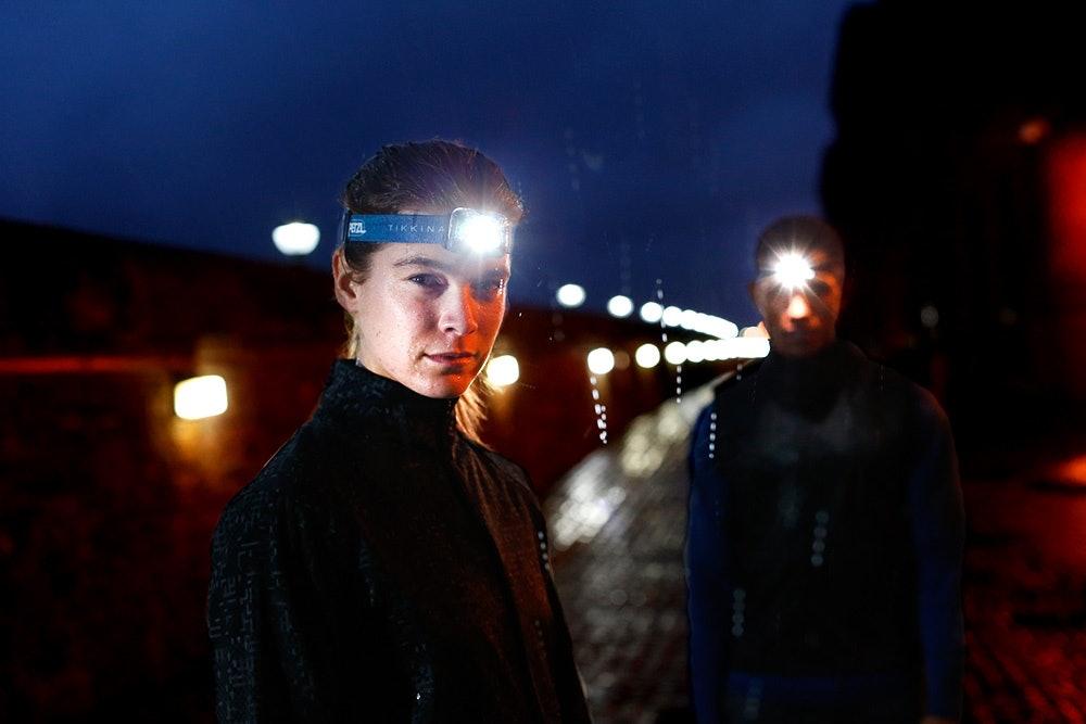 Läufer mit Stirnlampe im Dunkeln
