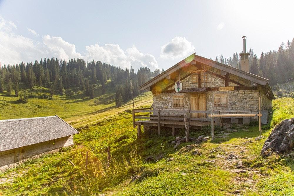 Ein Platz zum bleiben! Hütten wie die Bayerische Wildalm sind ein wahres Traumziel.  Foto: Julian Bückers