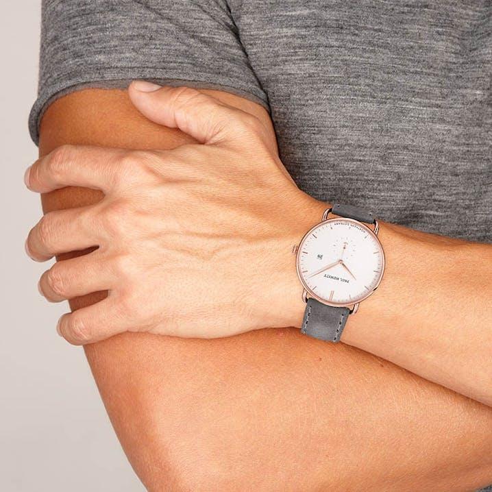 Cette montre PAUL HEWITT se compose d'un Boîtier de 42 mm et d'un bracelet en Cuir Gris