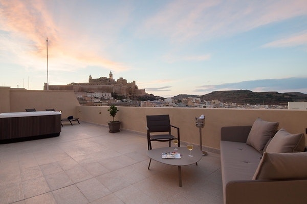 Panoramablick von der Terasse des The Duke Boutique Hotel in Victoria, Gozo.