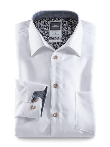 Weißes Hemd mit Holzknöpfen und blau-weißem Blumenmuster im Innenkragen.