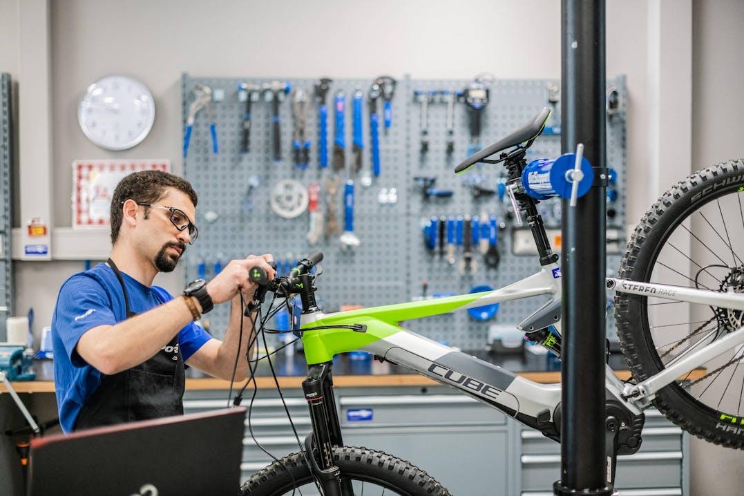 Collaboratore Sportler ripara una bicicletta