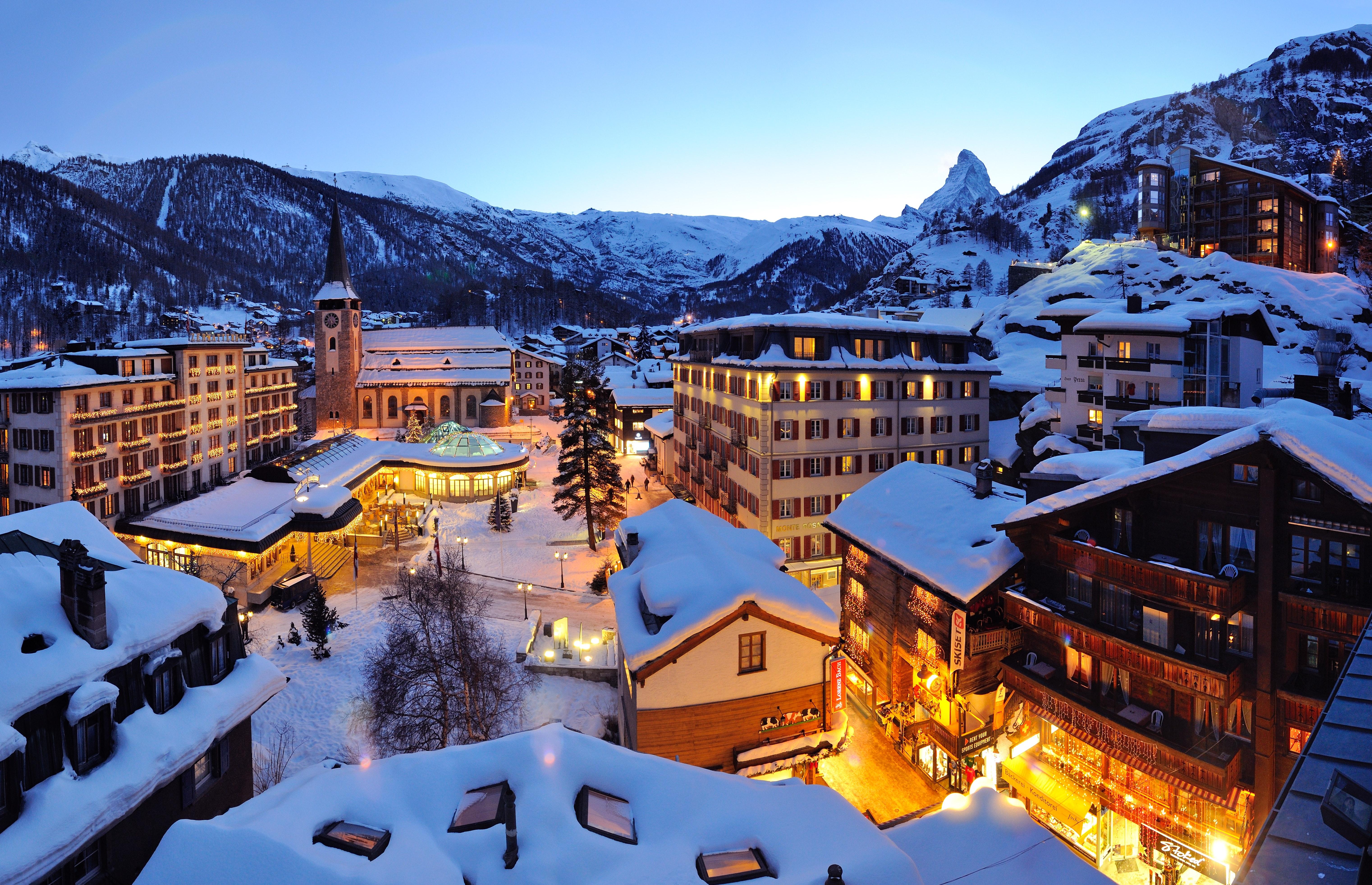 Winterstimmung: Grand Hotels im Dorfzentrum © Leander Wenger