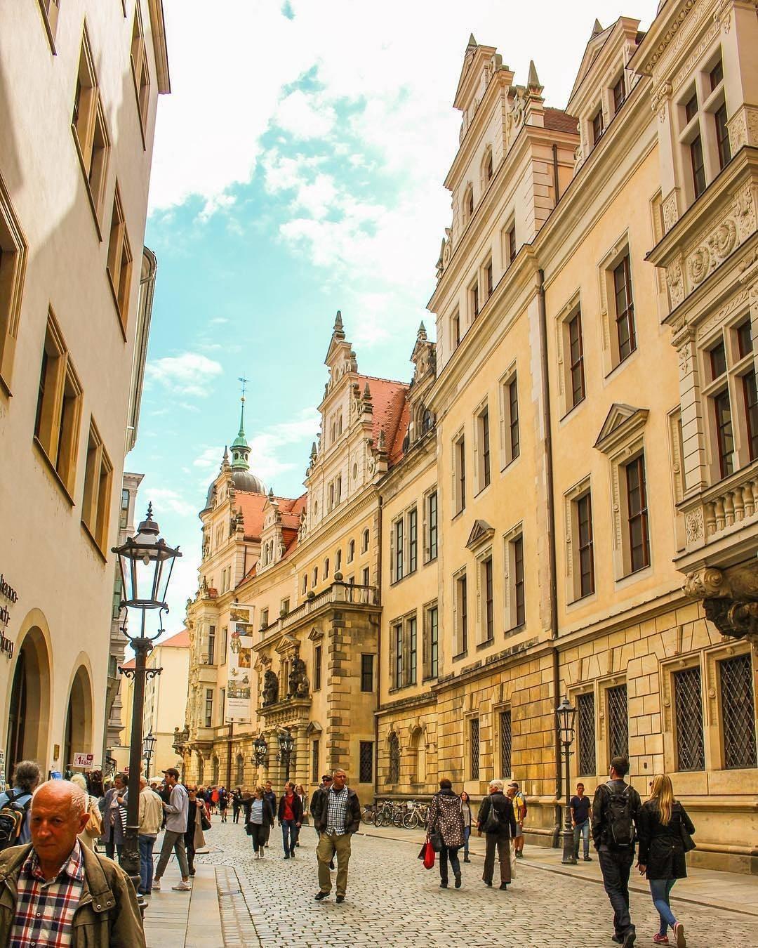 Blick in die Schloßstraße Dresden bei Sonnenschein