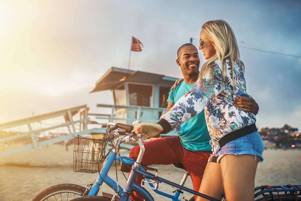 Junges Paar mit Fahrrädern in Santa Monica