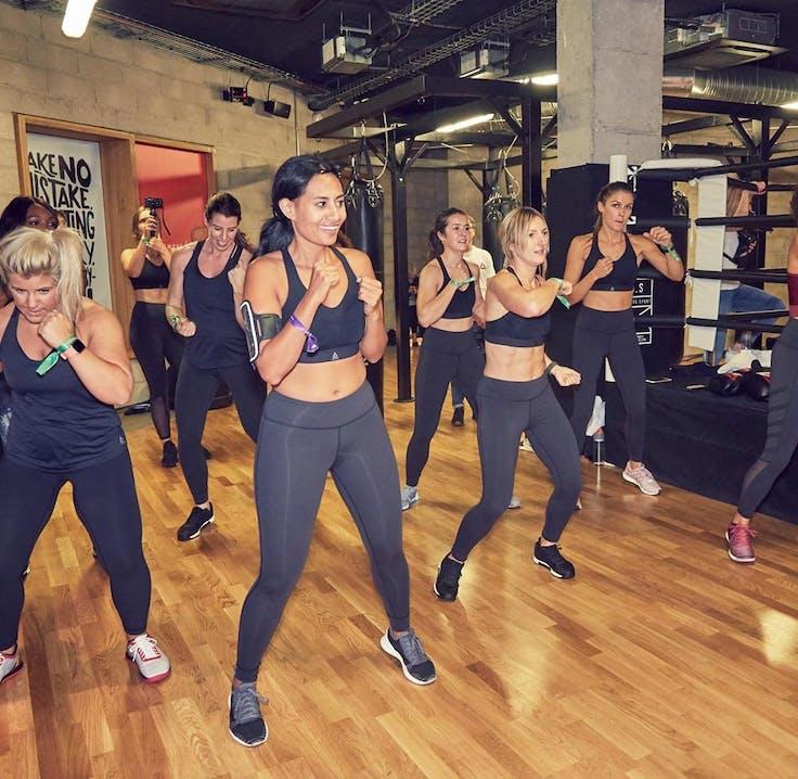 Frauen testen den Reebok PureMove Sport-BH beim Boxing
