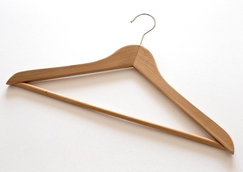 Kleiderbügel aus braunem Holz.