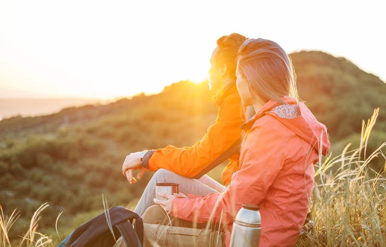 Paar beim Wandern im Sonnenuntergang