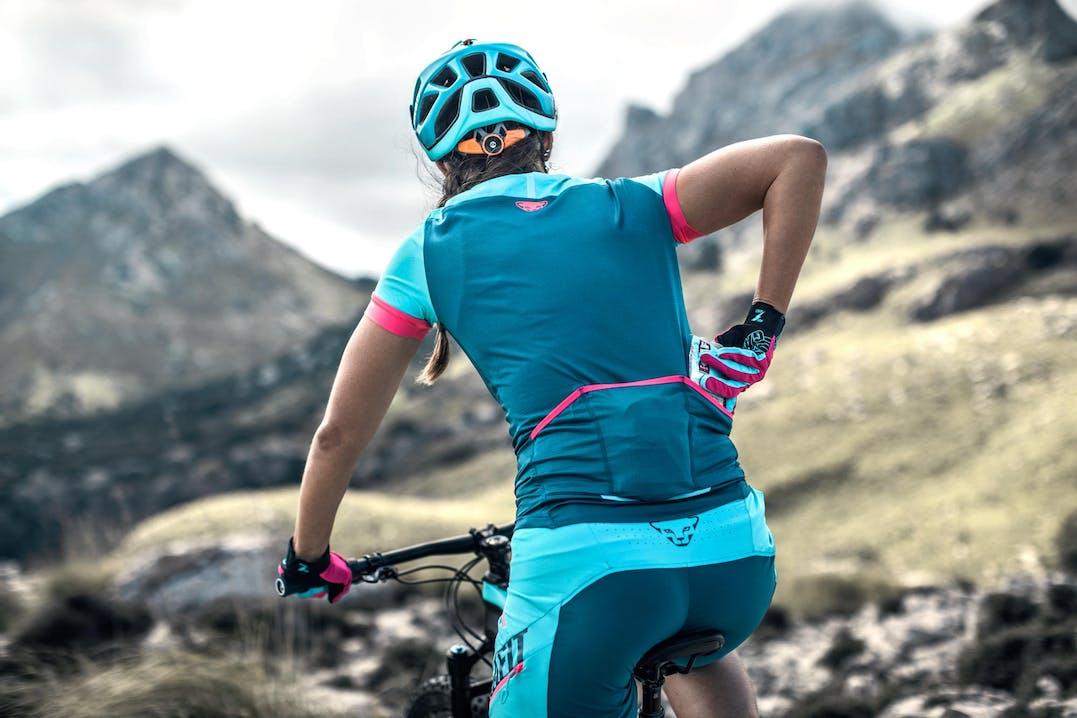Atleta indossa abbigliamento mountain bike Dynafit donna