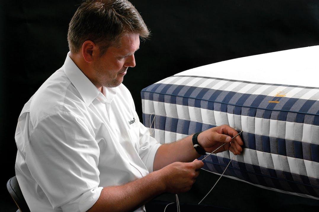 Handwerkskunst vom Feinsten: Die Hästens-Matratzen werden von Hand genäht.