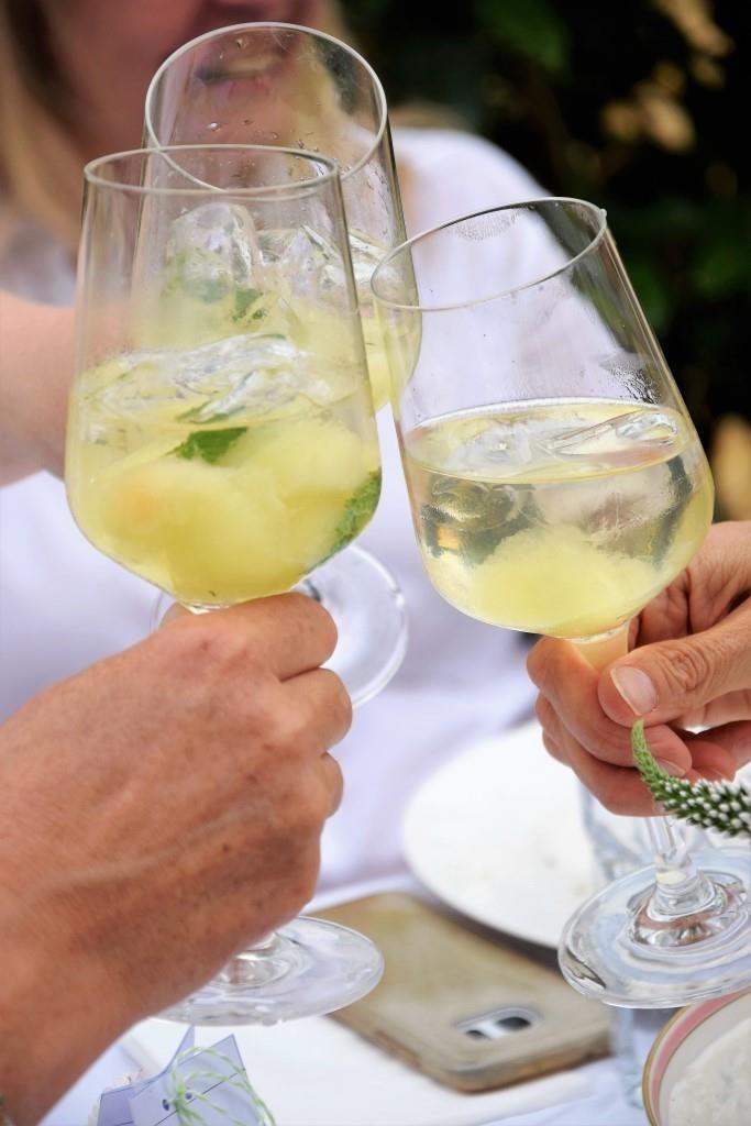 Drei Gläser mit Sommerbowle. Drei Freundinnen stoßen an