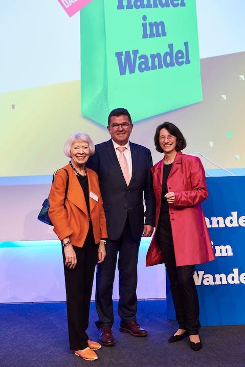 Von links nach rechts: Helga Rid (Ehefrau des Firmengründers Dr. Günther Rid) , Franz Josef Pschierer (Staatssekretär im Bayerischen Staatsministerium für Wirtschaft und Medien, Energie und Technologie) und Michaela Pichlbauer (Vorständin Rid Stiftung)
