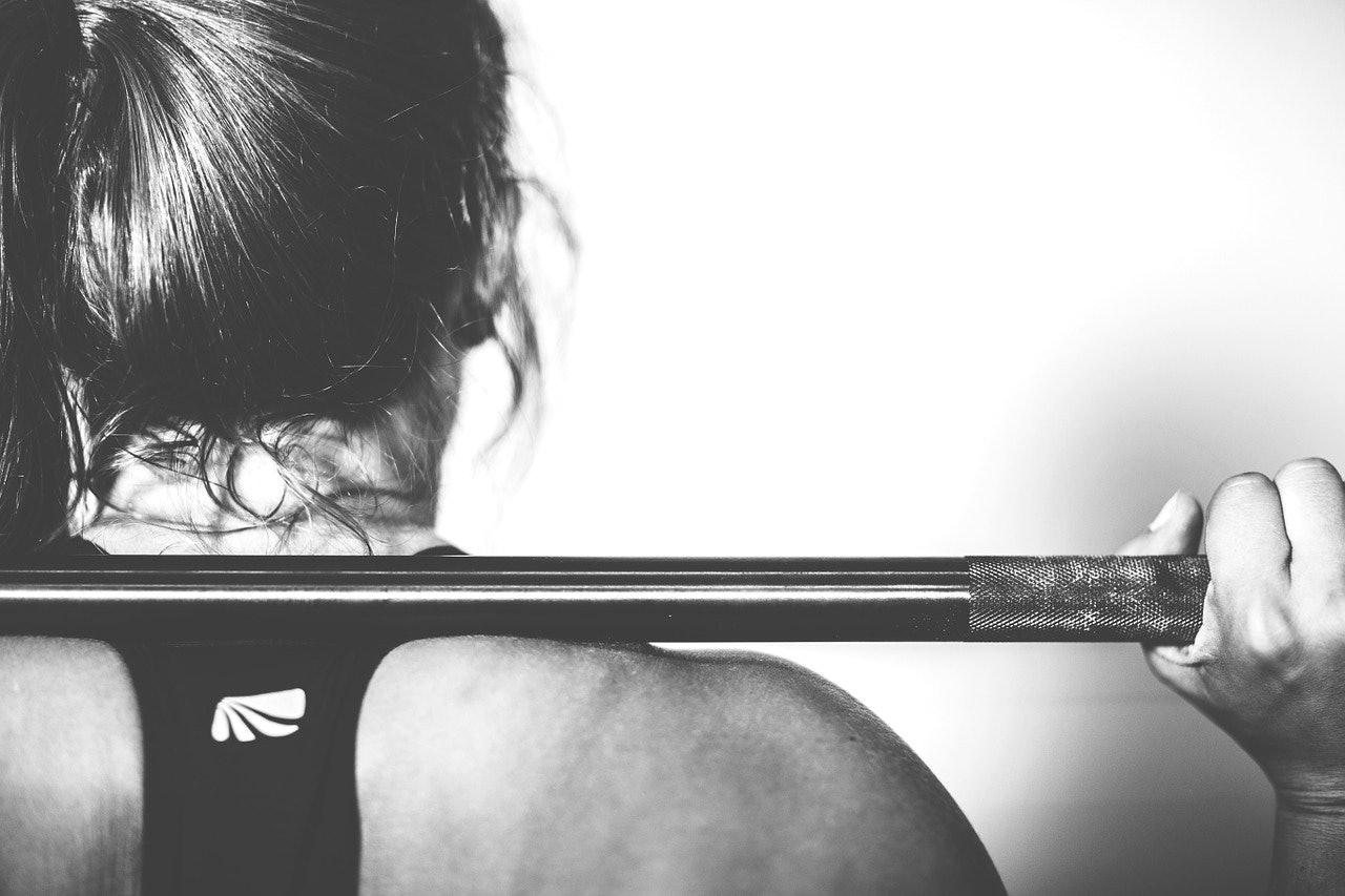 Frau beim Kraftsport.