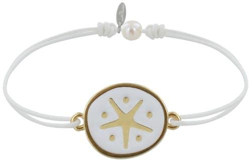 Bracelet Lien Médaille en Laiton, élégant et fin, un bracelet lien original, une création de bijou de Stéphanie. Composé d'un lien réglable de synthétique de 1.0 mm de dm noué à chaque extrémité, et sa médaille étoile de mer en laiton émaillée blanche (1.6 cm). Disponible avec une médaille émaillée turquoise ou rouge. Bijou livré dans son écrin Les Poulettes.