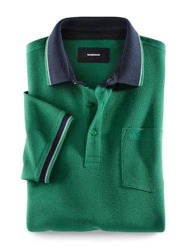 Grünes Polo mit Brusttasche und einem dunkelblauen Kragen.