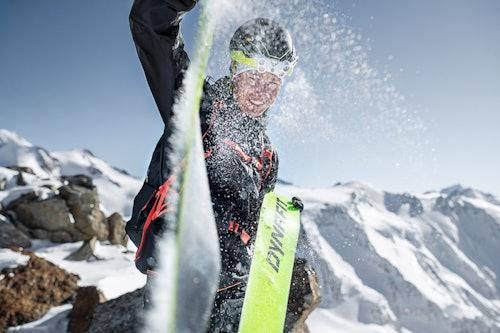 Tourengeher zieht Skifell ab