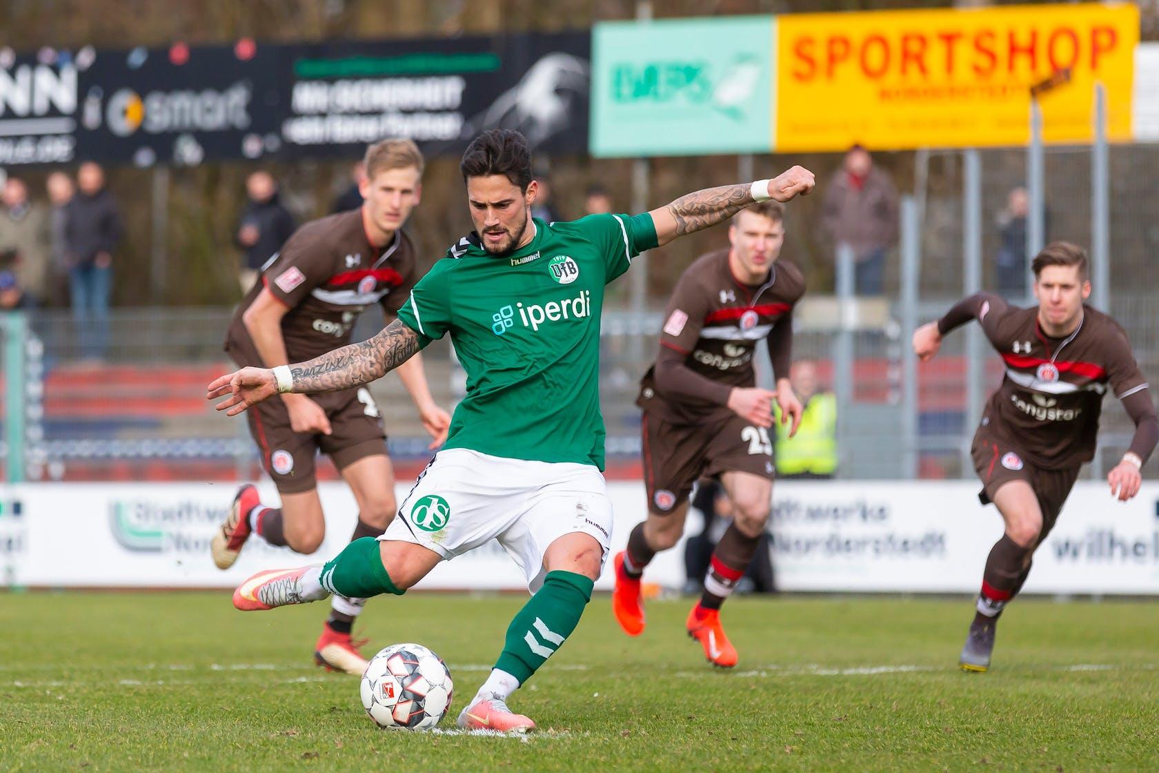 Daniel Franziskus vom Fußballverein VfB Lübeck schießt den Ball