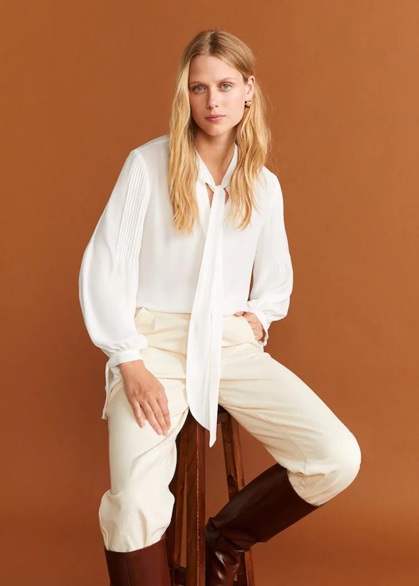 weiße Bluse mit Plissee-Details