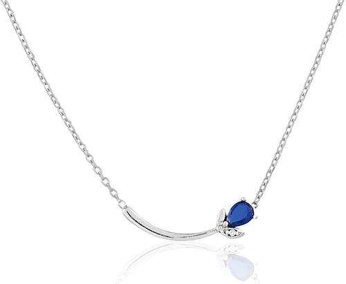 Ce Collier CLEOR est en Or 375/1000 Blanc, Saphir Bleu et Diamant