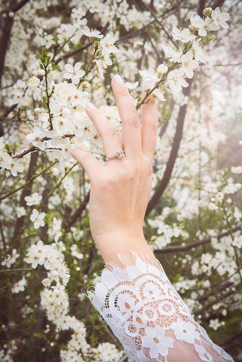 Cette Bague LADY DIAMOND est en Or 750/1000 Blanc et Diamant Blanc