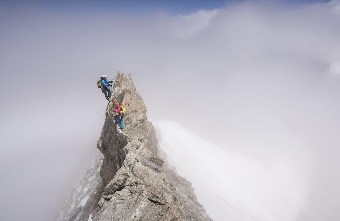 Persone che arrampicano cima di monte