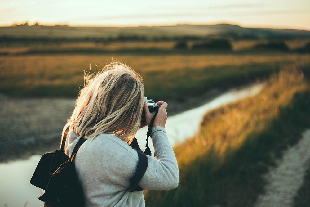 Frau fotografiert Landschaft