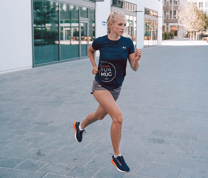 Ann-Kathrin vorm SportScheck RUN München