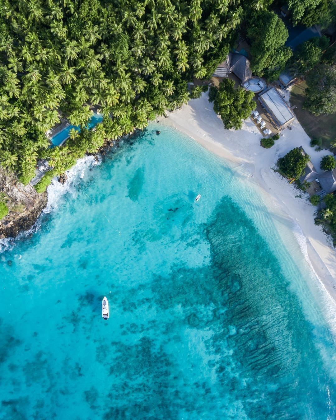 Blick von oben auf türkises, super klares Karibik-Meer.