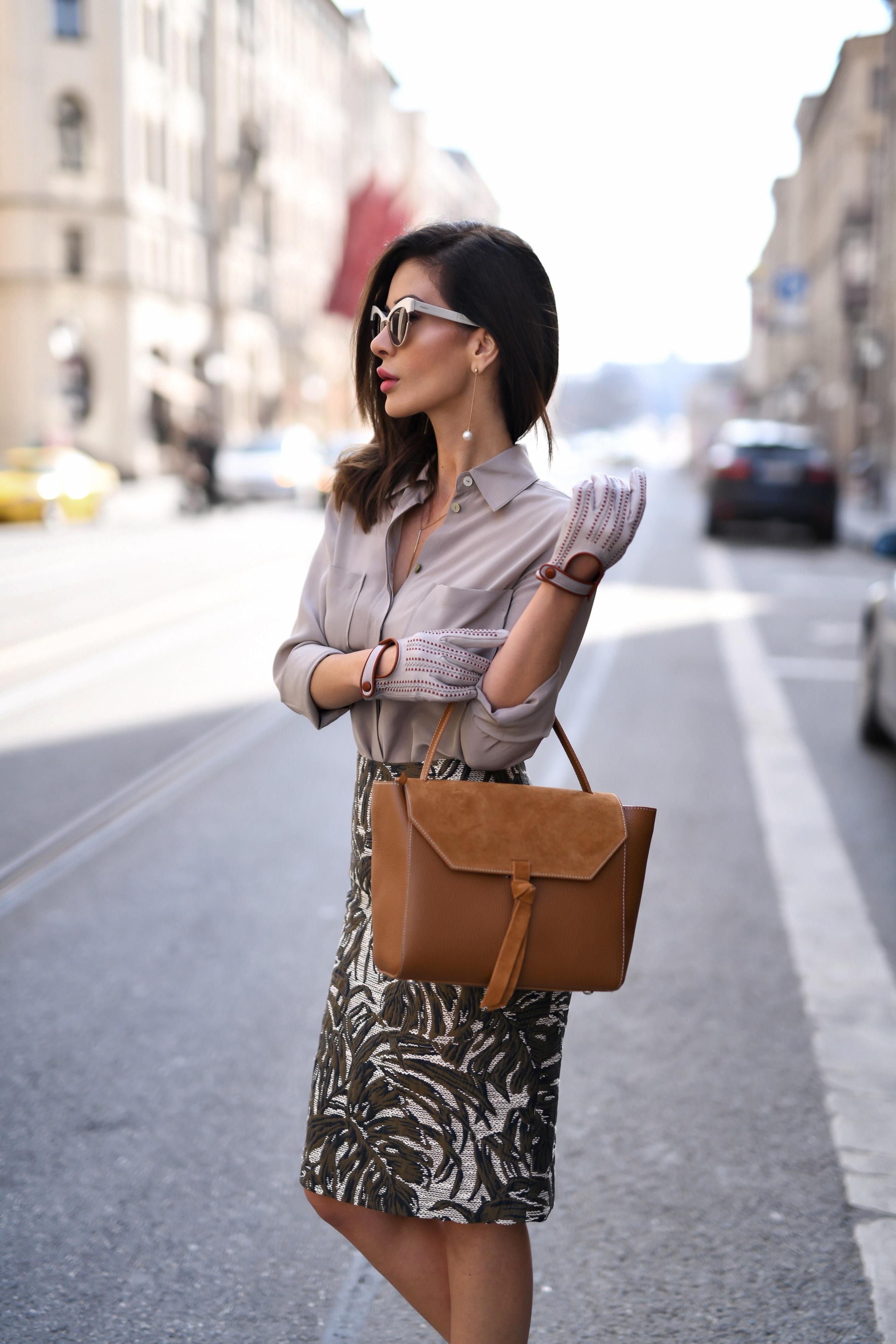 Modebloggerin Füsun Lindner im Handschuh-Look auf der Straße