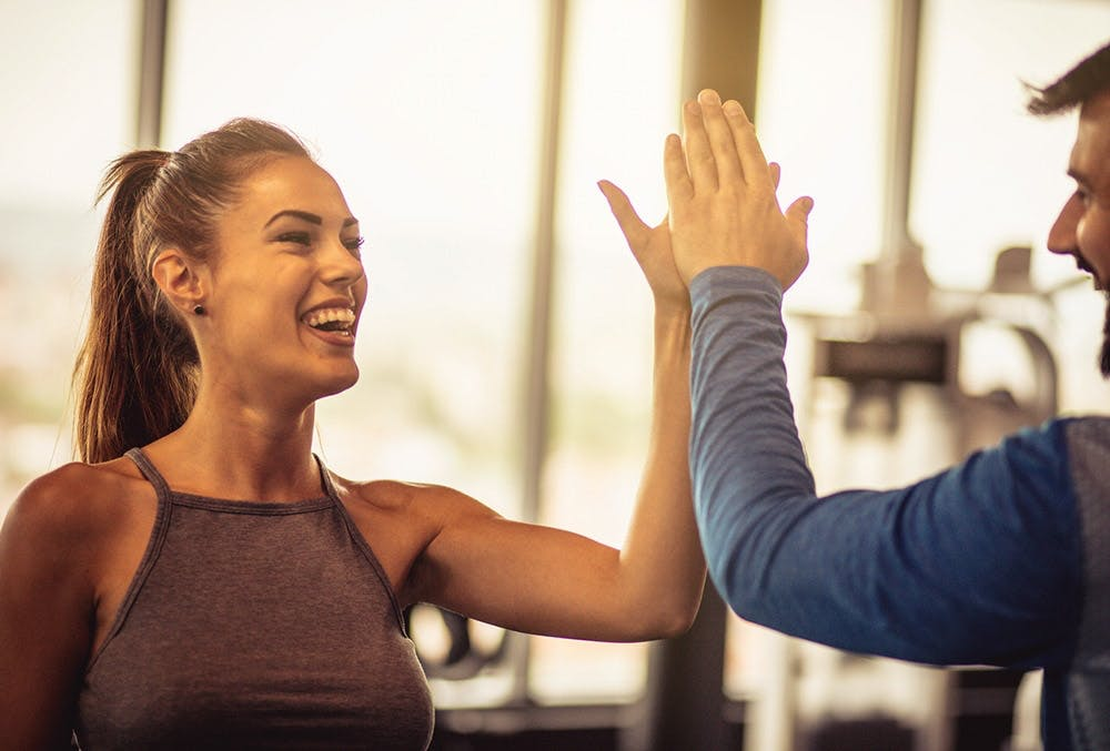High Five im Fitnessstudio nach dem Training