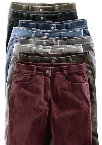 8 Hosen in verschiedenen Farben hintereinander gelegt.