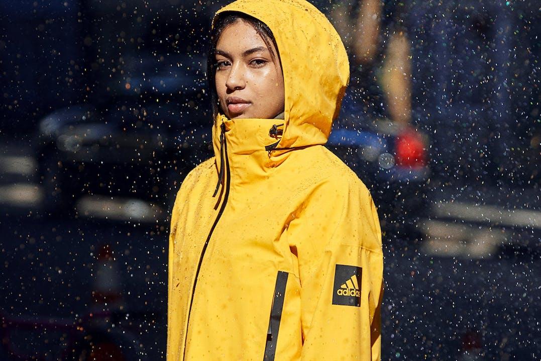 Frau mit gelber adidas Regenjacke