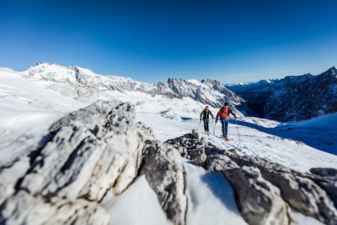 Scialpinisti indossano zaino e abbigliamento Ortovox