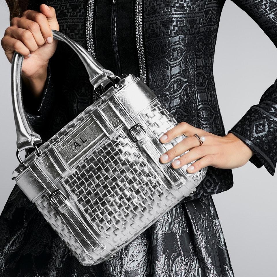 Detailaufnahme silberne Lederhandtasche