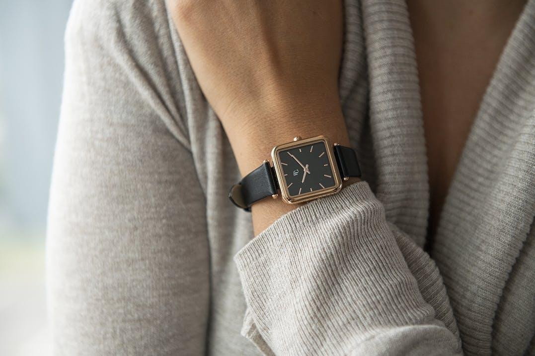 Cette montre B&G se compose d'un boîtier Rectangulaire de 27 mm et d'un bracelet en Cuir Noir