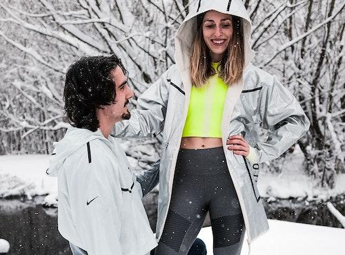 Fitness Couple im Schnee