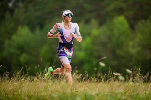 Donna che corre in ambiente rurale