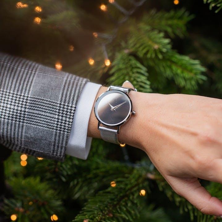 Cette montre B&G se compose d'un boîtier rond de 34mm, d'un bracelet en cuir gris.